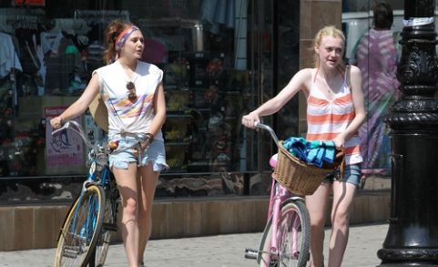 dakota-fanning-elizabeth-olsen-july6-004mn_0